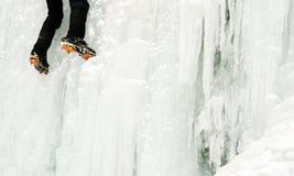 Uno scalatore su ghiaccio su una cascata congelata Fotografie Stock Libere da Diritti