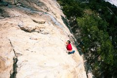 Uno scalatore su una roccia Immagini Stock