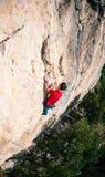 Uno scalatore su una roccia Immagini Stock Libere da Diritti
