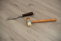 Uno scalpello metallico con la maniglia di legno ed il martello speciale sui precedenti laminati fotografie stock libere da diritti