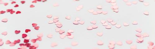 Uno scattering dei cuori rossi su un fondo bianco Struttura per il giorno del ` s del biglietto di S. Valentino Immagine Stock
