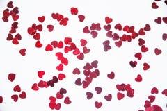 Uno scattering dei cuori rossi su un fondo bianco Struttura per il giorno del ` s del biglietto di S. Valentino Fotografia Stock Libera da Diritti