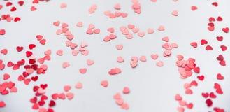 Uno scattering dei cuori rossi su un fondo bianco Struttura per il giorno del ` s del biglietto di S. Valentino Fotografie Stock Libere da Diritti