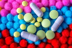Uno scattering delle pillole e delle capsule differenti Fotografia Stock Libera da Diritti