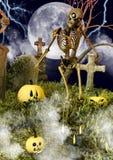 Uno scheletro spaventoso all'interno di un cimitero di notte con le zucche di Halloween immagine stock libera da diritti