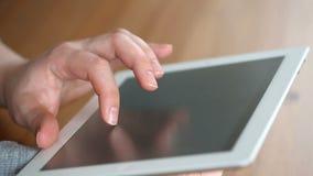 Uno schermo attivabile al tatto della superficie del computer della compressa commovente della mano video d archivio