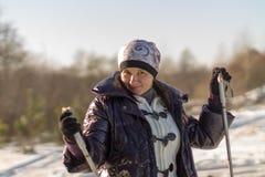 Uno sci di fondo della ragazza in una foresta nevosa Immagine Stock