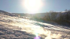 Uno sciatore va sciare dalla montagna alla neve Movimento lento archivi video