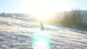 Uno sciatore va sciare dalla montagna alla neve Movimento lento video d archivio