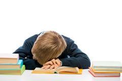 Uno scolaro stanco è caduto addormentato mentre leggeva un libro Fotografia Stock