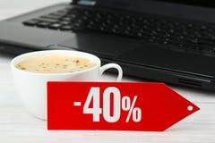 Uno sconto di quaranta per cento, del computer portatile e del caffè Immagini Stock