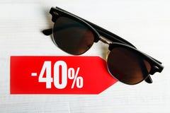 Uno sconto di quaranta per cento ed occhiali da sole Fotografia Stock Libera da Diritti