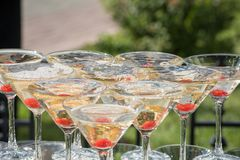 Uno scorrevole di champagne Piramide dei vetri del champagne con Cher rossa Immagini Stock Libere da Diritti