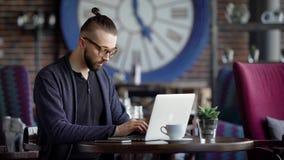 Uno scrittore serio stampa sulla tastiera del computer portatile il testo del romanzo documentario che è venuto in mente, un uomo video d archivio