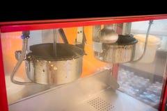 Uno sguardo alto chiuso di doppi vasi del creatore del popcorn con il cabine fotografia stock