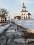 Uno sguardo d'annata ad una pozza invernale e ad una pozza notevole in Russia e una chiesa ortodossa bianca Immagini Stock Libere da Diritti