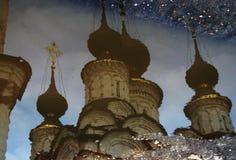 Uno sguardo d'annata ad una pozza invernale in Russia e una chiesa ortodossa bianca Immagine Stock