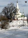 Uno sguardo d'annata all'inverno in Russia e una chiesa ortodossa bianca Fotografia Stock