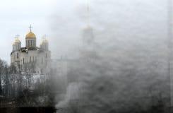 Uno sguardo d'annata alla Russia ghiacciata ed alle cupole dorate di una chiesa ortodossa Immagine Stock Libera da Diritti