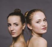 Uno sguardo di due giovani donne Fotografie Stock