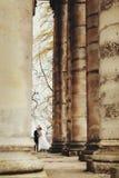 Uno sguardo lontano sopra dalle coppie sbalorditive che camminano fra la colonna Immagini Stock