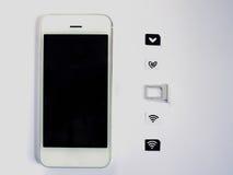 Uno Smart Phone bianco, un vassoio di carta SIM e una piccola carta simulati As Fotografia Stock
