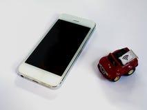 Uno Smart Phone bianco, un vassoio di carta SIM e una piccola carta simulati As Fotografie Stock