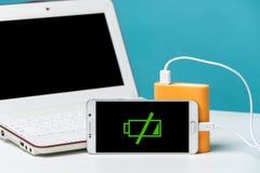 Uno smartphone con la banca di potere nella priorità alta della macchina fotografica Fotografie Stock Libere da Diritti