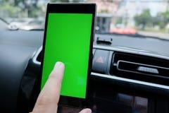 Uno smartphone con lo schermo in bianco verde nell'automobile per la direzione, m. Fotografia Stock