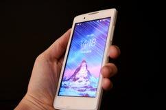 Uno smartphone nella mano fotografia stock