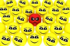 Uno smiley infelice si leva in piedi fuori dalla folla Fotografia Stock