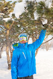 Uno snowboarder che gode della vita, giocando con la neve, riposante ad uno sci Fotografia Stock