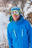 Uno snowboarder che riposa ad una stazione sciistica Fotografia Stock Libera da Diritti