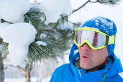Uno snowboarder divertendosi, riposando ad una stazione sciistica Fotografia Stock