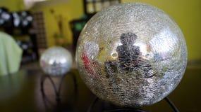 Uno specchio grande ha schiantato la sfera decorativa di struttura Immagini Stock Libere da Diritti