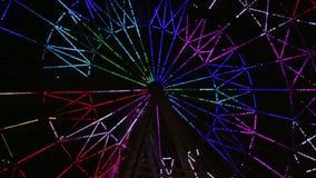 Uno spettacolo di luci della ruota panoramica al video di sera stock footage