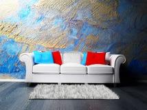 Uno spirito interno moderno un sofà e una moquette Fotografia Stock