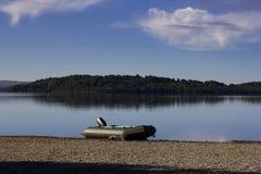 Uno sporco d'argento tirato su una riva del lago immagini stock
