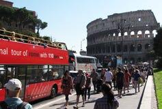 Uno sreet in pieno dei turisti che si dirigono al Colosseo Fotografia Stock