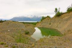 Uno stagno della coda da estrazione mineraria del giacimento detritico nel Canada del Nord Fotografie Stock