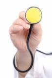 Uno stetoscopio della holding della mano fotografie stock libere da diritti