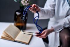 Uno stetoscopio nelle mani Immagine Stock