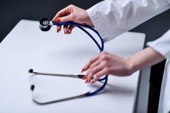 Uno stetoscopio nelle mani Fotografia Stock Libera da Diritti