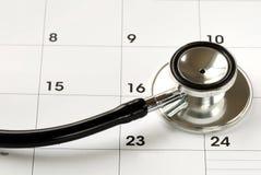 Uno stetoscopio sul calendario Immagine Stock
