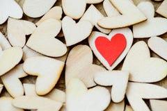 Uno stile d'annata di 2 cuori rossi con i cuori di legno su un di legno Fotografia Stock Libera da Diritti
