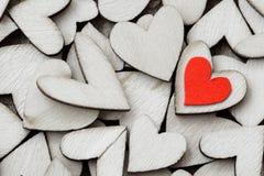 Uno stile d'annata di 2 cuori rossi con i cuori di legno su un di legno Immagine Stock Libera da Diritti