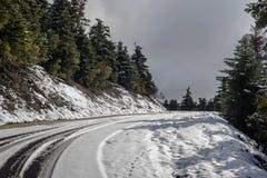 Uno stretto, strada rurale nelle montagne fotografie stock libere da diritti