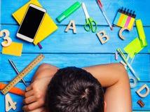 Uno studente è addormentato nel posto di lavoro, un disordine creativo Lo studente è pigro e non vuole imparare Il tipo è stanco  Fotografia Stock