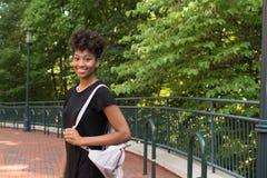 Uno studente di college che cammina sulla città universitaria Fotografia Stock Libera da Diritti
