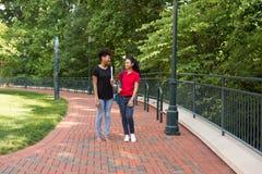 Uno studente di college che cammina sulla città universitaria Fotografie Stock